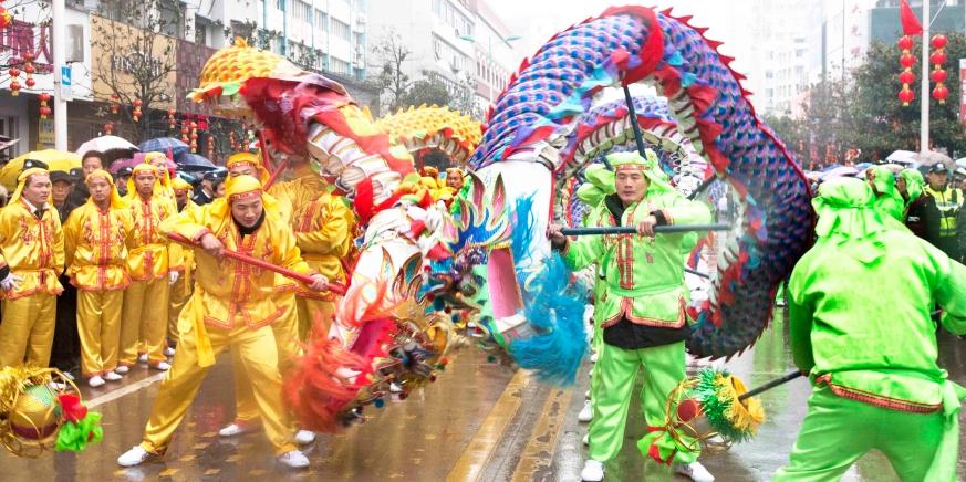 舞起龙灯闹新春传统民俗增节日喜庆