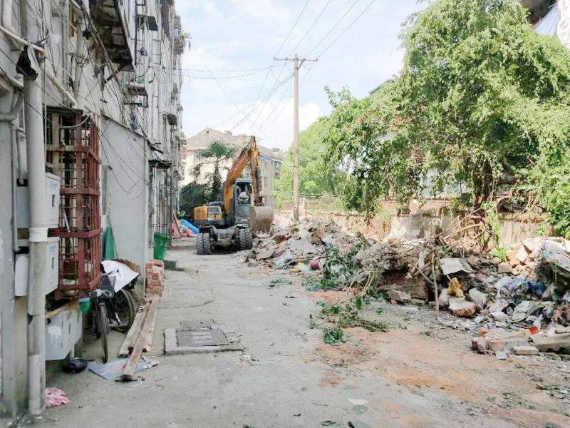 解放路街道拆除23处侵占公共空间违建