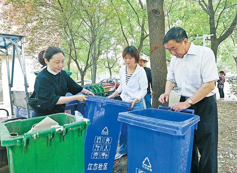 新垃圾桶上岗 为文明社区添彩