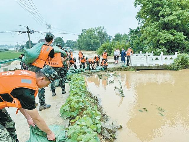 百名武警官兵 驰援护河西山河抢险