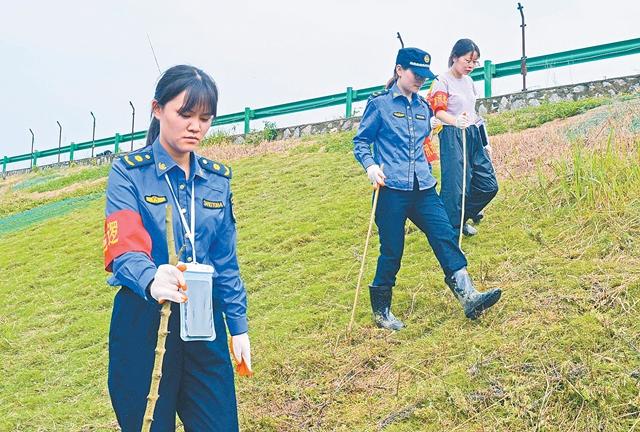 大堤上来了一支女子防汛应急队