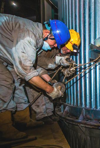 马钢特钢生产线:鏖战高温检修忙